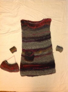 Stickad klänning m tillbehör Stickad klänning med väska och pulsvärmare. Görs på beställning och överenskommelse.