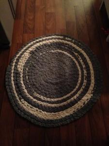 Stickad matta i vävgarn som är ihopsydd. Antihalk under.