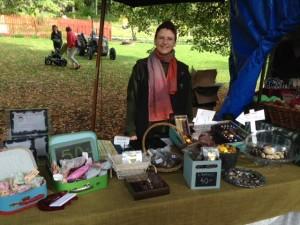 Cecilia på marknad med ett urval av hennes hantverksprodukter.